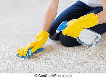 Cerca de una mujer con alfombra de limpieza de tela