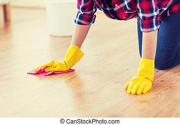Cerca de una mujer con suelo de limpieza de trapos en casa