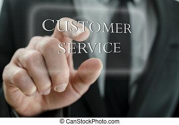 Cerca del hombre de negocios señalando el icono del servicio al cliente en una pantalla virtual.