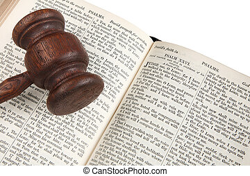 Cerca del mazo de un juez de madera en una biblia de 1882.
