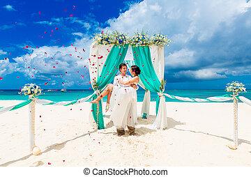 ceremonia, pétalos, playa., blue., novia, rosa, concept., luna de miel, novio, tropical, above., arco, otoño, debajo, boda, flores, playa, adornado, arenoso, feliz