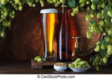 Cerveza con barril, cebada y lúpulos