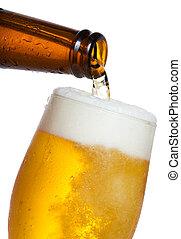 Cerveza derramada en vaso