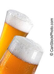 Cerveza en vasos sobre blanco