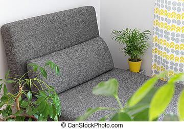 Chaise longue y plantas en la sala de estar