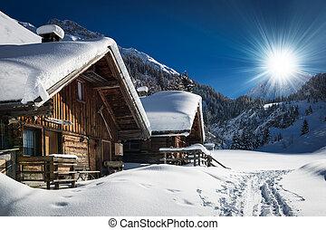 Chalet de esquí de invierno y cabaña en la montaña de nieve en Tyrol Austria