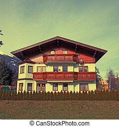 Chalet de madera de montaña tradicional en Alpes (Austria)