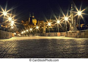 Charles Bridge en Praga con linternas