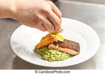 Chef está terminando su plato