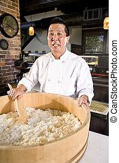 Chef japonés preparando arroz para sushi