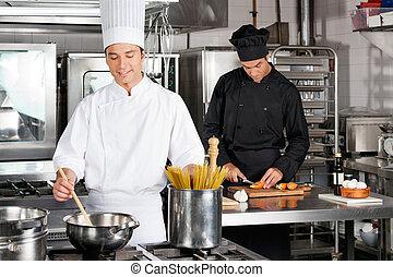 Chef macho preparando comida