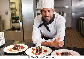 chef, postres, atrás, mirar, cámara, mostrador, feliz
