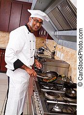 Chef profesional masculino cocinando