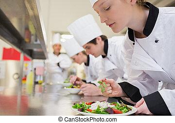 Chef terminando su ensalada en clase culinaria