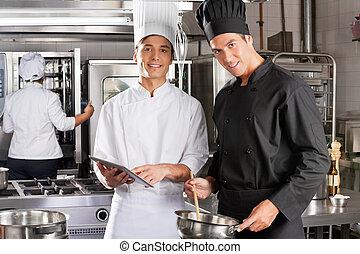 Chefs felices cocinando juntos