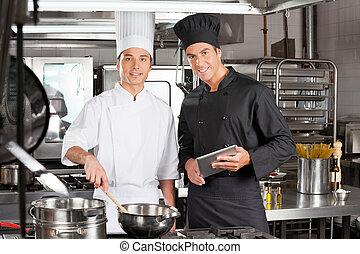 Chefs felices con comida de cocina digital
