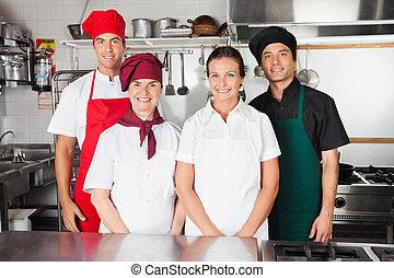 Chefs felices en la cocina