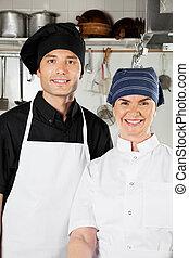 Chefs felices en la cocina industrial