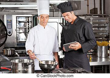 Chefs preparando comida en la cocina