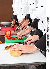 Chefs preparando comida