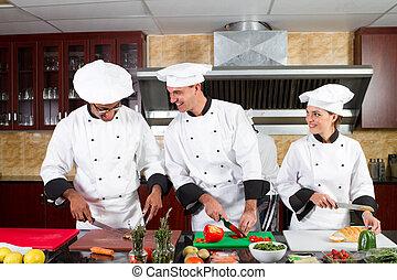 Chefs profesionales cocinando