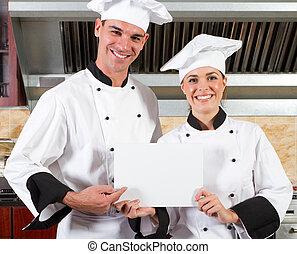 Chefs profesionales con pizarra