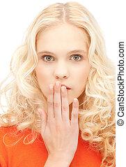 Chica adolescente con palmas sobre la boca