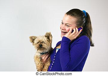Chica adolescente hablando por teléfono