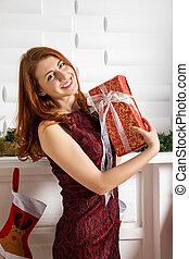 Chica alegre con regalos de Navidad.
