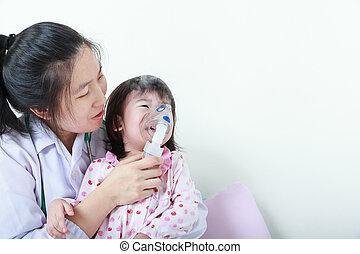 Chica asiática con enfermedades respiratorias ayudada por un profesional de la salud con inhalador.