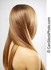 Chica con hermoso cabello recto