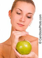 Chica con una manzana verde