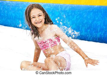 Chica diapositiva aquapark
