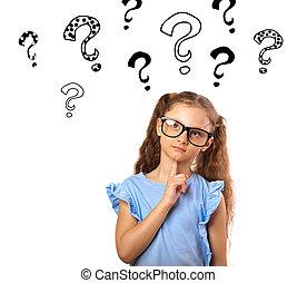 Chica divertida y feliz con gafas pensando y mirando muchas preguntas marca ilustración sobre la cabeza aislada en fondo blanco con espacio de copia vacío.