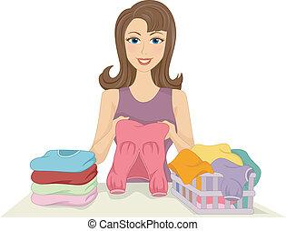 Chica doblando ropa