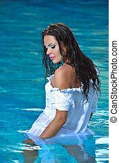 Chica en la piscina