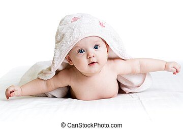 Chica feliz con toalla