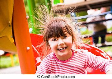 Chica feliz electricidad estática