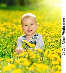 Chica feliz en la pradera con flores amarillas en la naturaleza