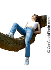 Chica feliz relajándose al aire libre en una rama aislada