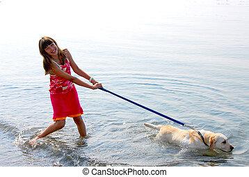 Chica jugando al perro
