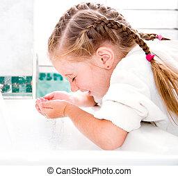 Chica lavada en baño