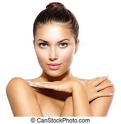Chica modelo de belleza mirando a la cámara. Un concepto de cuidado de la piel