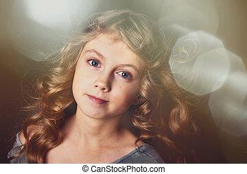 Chica pervertida con el pelo largo. A la luz de la bengala y disfrutando de la vida. Un cuento de hadas para niños.