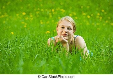 Chica relajada al aire libre en la hierba