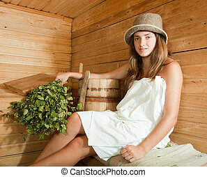 Chica relajada en sauna