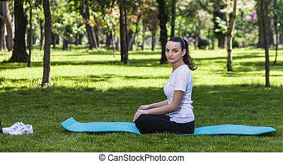 Chica relajada en un parque verde