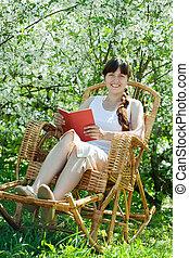 Chica relajante en el jardín