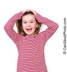 Chica sonriente con las manos en el pelo