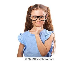 Chica sonriente feliz con gafas para los ojos pensando y mirando aislada en fondo blanco con espacio de copia vacío.